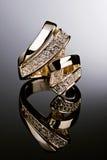 Anillo de oro con los diamantes. Fotografía de archivo libre de regalías