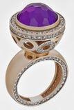 Anillo de oro con los diamantes Imagenes de archivo