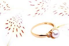 Anillo de oro con una perla. Foto de archivo libre de regalías