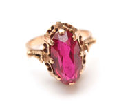 Anillo de oro con zafiro rosado Imagenes de archivo