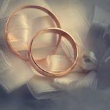 Anillo de oro de la boda, decoraciones para una boda Foto de archivo libre de regalías