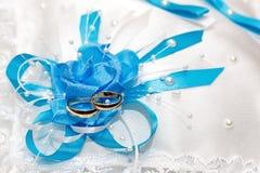 Anillo de oro de la boda, decoraciones para una celebración Imágenes de archivo libres de regalías