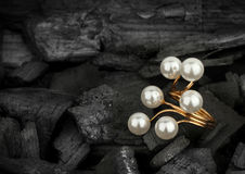 Anillo de oro de la joyería con las perlas en fondo negro Imagen de archivo libre de regalías