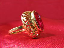 Anillo de oro de rubíes Imagen de archivo libre de regalías