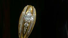 Anillo de oro del compromiso con el balanceo de la gema de la joyería metrajes