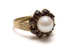 Anillo de oro del granate con la perla Fotografía de archivo libre de regalías