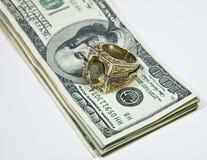 Anillo de oro en cuentas de dólar Imágenes de archivo libres de regalías