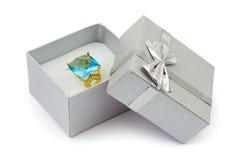 Anillo de oro en rectángulo de regalo Fotografía de archivo libre de regalías