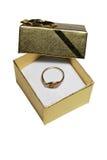 Anillo de oro en rectángulo de regalo Fotos de archivo