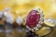 Anillo de oro de la joyería de rubíes roja del vintage en la reflexión negra foto de archivo libre de regalías