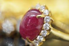 Anillo de oro de la joyería de rubíes roja del vintage en la reflexión negra fotos de archivo