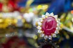 Anillo de oro de la joyería de rubíes roja del vintage en la reflexión negra fotografía de archivo