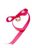 Anillo de oro y cinta rosada Imagen de archivo libre de regalías