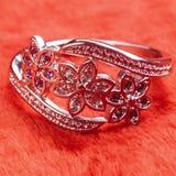 Anillo de plata adornado con el zafiro de las piedras preciosas, circona, rubí Imágenes de archivo libres de regalías