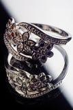 Anillo de plata adornado con el zafiro de las piedras preciosas, circona, rubí Fotografía de archivo