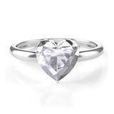 Anillo de plata con el diamante en forma de corazón Foto de archivo
