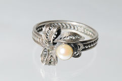 Anillo de plata con las perlas Foto de archivo libre de regalías