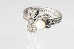 Anillo de plata con las perlas Imagenes de archivo