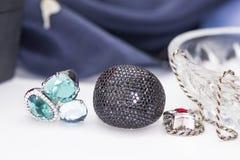 Anillo de plata con tres joyas y un anillo con zircon cúbico negro foto de archivo libre de regalías