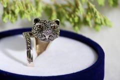 Anillo de rubí sintético negro de la plata del diamante bajo la forma de cabeza de un gato fotos de archivo libres de regalías