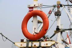 Anillo de vida de la seguridad que cuelga en palos del barco de pesca imagenes de archivo