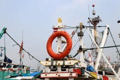 Anillo de vida de la seguridad que cuelga en palos del barco de pesca foto de archivo libre de regalías