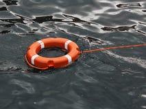 Anillo de vida que flota encima del agua azul marino del océano fotografía de archivo libre de regalías