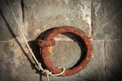 Anillo del amarre con una cuerda en una pared imagenes de archivo