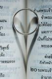 Anillo del amor en el libro Imagen de archivo