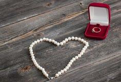 Anillo del compromiso y cadena esmeralda de perlas Fotos de archivo