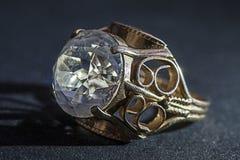 Anillo del ringGold del oro con un diamante Imágenes de archivo libres de regalías