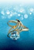 Anillo elegante de la joyería con el topacio azul Fotografía de archivo libre de regalías
