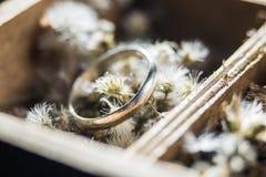 Anillo en la flor en la caja Fotos de archivo libres de regalías