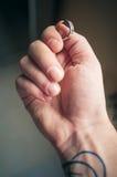 Anillo en mano del ` s del hombre Foto de archivo