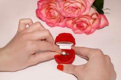 Anillo en una caja roja Imágenes de archivo libres de regalías