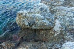 Anillo grande del hierro en la roca para amarrar el barco Mar tranquilo Grecia Fotografía de archivo libre de regalías