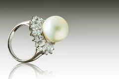 Anillo hermoso de la perla Fotografía de archivo