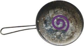 Anillo púrpura del mosquito en la cacerola vieja sucia - aislada Fotografía de archivo libre de regalías