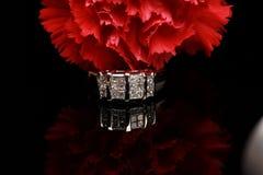 Anillo rojo del clavel y de diamante Fotografía de archivo