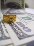 Anillo y dinero Imagen de archivo
