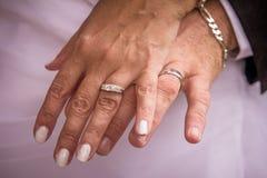 Anillos casados de la pareja Foto de archivo