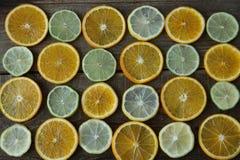 Anillos cortados de la naranja, limón, cal en el fondo de madera Alimento sano , detox, dieta fotografía de archivo