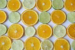 Anillos cortados de la naranja, lim?n, cal en el fondo blanco Alimento sano , detox, dieta foto de archivo libre de regalías