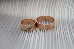 Anillos de bodas anchos gruesos Imágenes de archivo libres de regalías