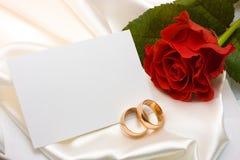 Anillos de bodas, color de rosa y tarjeta Fotos de archivo libres de regalías