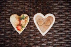 Anillos de bodas con la caja de madera en la forma del corazón Fotos de archivo libres de regalías