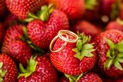Anillos de bodas con la fresa Foto de archivo libre de regalías