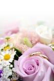 Anillos de bodas con las flores imagenes de archivo