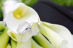Anillos de bodas con las flores Fotos de archivo