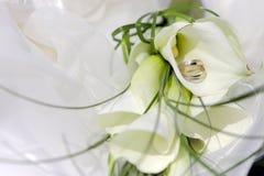 Anillos de bodas con las flores Fotografía de archivo libre de regalías